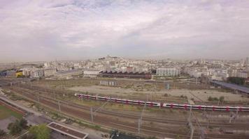 paris, 10. arrondissement - luftaufnahme des tgv-hochgeschwindigkeitszuges am gare du nord mit halle pajol und stadt-skyline im hintergrund