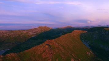 montagnes sur andoya, norvège, de l'air éclairé par le soleil de minuit