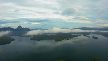 ban wang khon, surat thani, vuela a través de las nubes a las islas en un día nublado