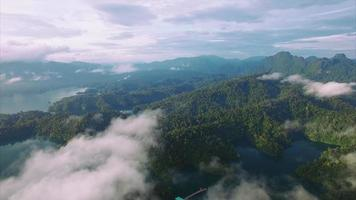 ban wang khon, surat thani, attraverso le nuvole, isola, panoramica a destra, sole sulle colline