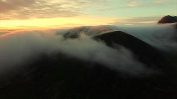Mitternachtssonne über den Wolken auf den Lofoten video