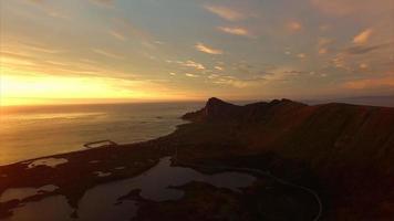 île d'Andoya de l'air éclairé par le soleil de minuit video