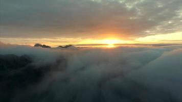 Fliegen in Richtung Mitternachtssonne über den Wolken video