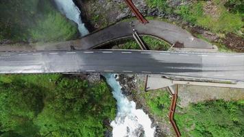 vista de cima para baixo da cachoeira svandalsfossen passando abaixo da estrada na noruega