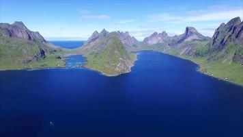 volo veloce sopra il fiordo sulle isole lofoten in norvegia