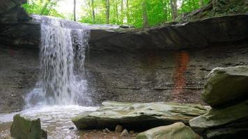 Vista del nivel del arroyo de Blue Hen Falls en Ohio video