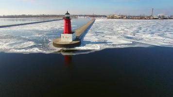 gelido sorvolo invernale del faro del molo nord di menominee