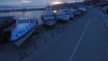 barcos em nessebar ao amanhecer