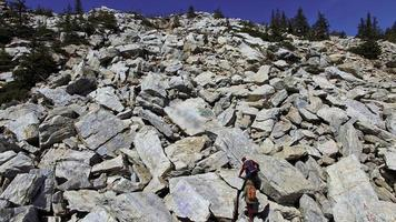 Antena de pareja escalando rocas
