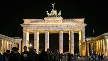 lapso de tempo 4k. portão de Brandemburgo à noite