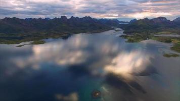 volare giù per l'acqua su vesteralen in norvegia