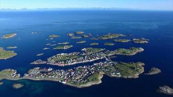 henningsvaer nas ilhas lofoten, noruega, aérea video