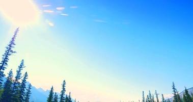 4k Kippschuss, blauer Himmel und Bahngleise zum Horizont