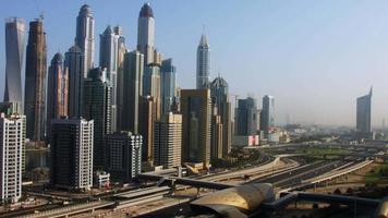 foto com lapso de tempo de torres em uma cidade, dubai, emirados árabes unidos
