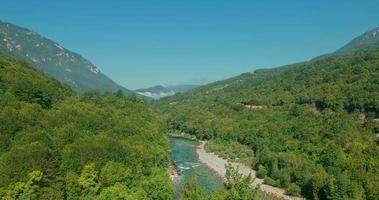 lapso de tiempo con nubes en movimiento sobre el río de la montaña
