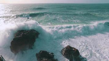 grandi onde dell'oceano che si infrangono sulla roccia video