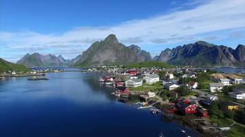 voando sobre as rédeas nas ilhas lofoten, noruega
