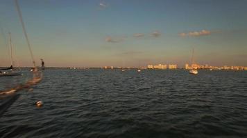 Drohne fliegt um Segelboot, um Sonnenuntergang in 4k zu enthüllen