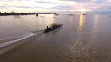 barco de pesca local indo em direção ao mar