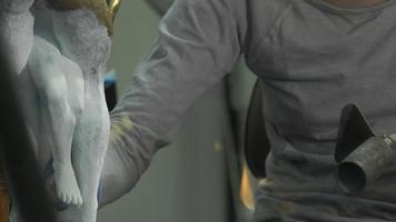het leggen van een patina van titaanwit op brons