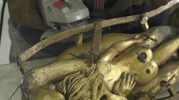 cortando el pozo de fundición de la estatua