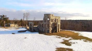 ruínas majestosas do antigo hotel, vista aérea video