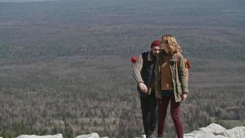 casal orientação nas montanhas video