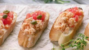las pinzas ponen alcaparras en los sándwiches.