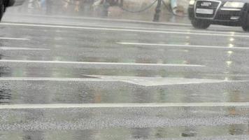guidare auto pioggia ruote del primo piano