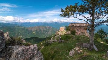 Bergzeitraffer mit alten Ruinen