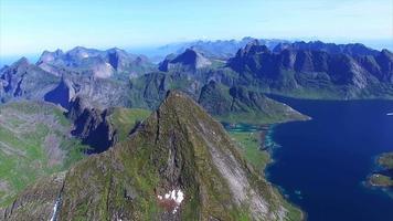 voo rápido sobre o pico das ilhas lofoten na noruega video