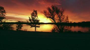 céu vermelho pela manhã, amanhecer sobre o vasto rio