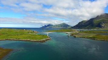 ponte nas ilhas lofoten na noruega, vista aérea video