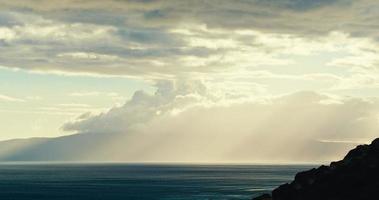 linda paisagem marinha com nuvens de chuva video