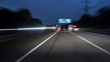 timelapse di un giro sull'autostrada tedesca al crepuscolo
