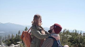 momento romântico em viagem de caminhada video
