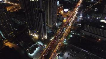 vista aérea de la ciudad y la calle por la noche.