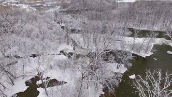 vista aerea del paesaggio di deserto del fiume dopo nevicate di bufera di neve video