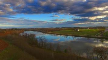 cielo mattutino paesaggio mozzafiato del Midwest riflesso nel fiume calmo