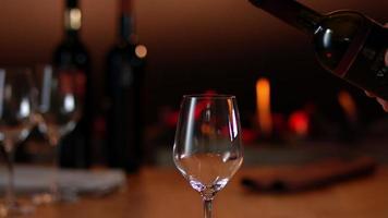 câmera lenta servindo vinho tinto video