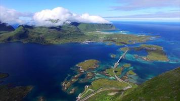 voo sobre o pico da montanha em Lofoten, na Noruega