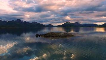 volare sopra un isolotto roccioso sulle isole Vesteralen in Norvegia