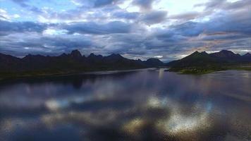 sopra il mare su vesteralen in norvegia