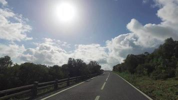 guida su una strada stretta in montagna