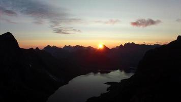 Soleil de minuit sur les Lofoten en Norvège, vue aérienne