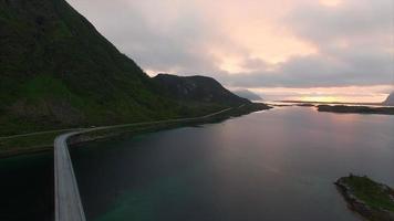 voando sobre a ponte durante o pôr do sol video