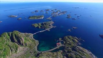 imagens aéreas da cidade de henningsvaer nas ilhas lofoten