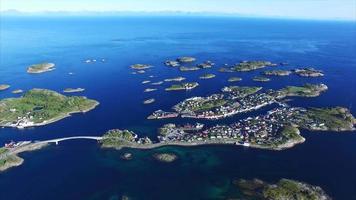 Ville pittoresque de Henningsvaer sur les îles Lofoten, Norvège, antenne