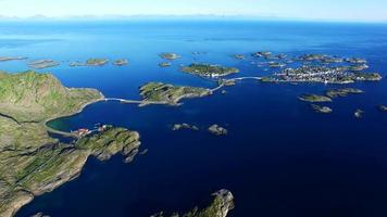 isole intorno a henningsvaer in norvegia