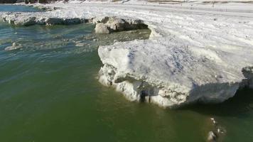 volo basso sopra gli iceberg freddi del lago Michigan, litorale invernale